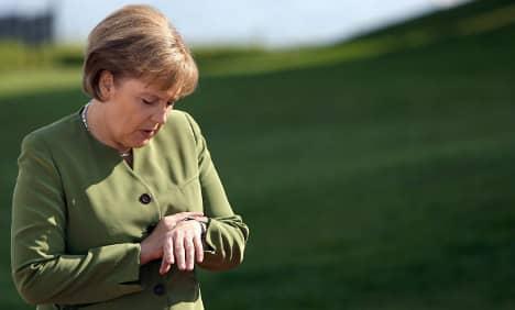 Thủ tướng Angela Merkel xem đồng hồ để đảm bảo mọi việc luôn đúng kế hoạch.